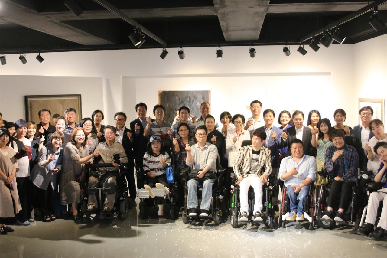 7인의 창작기획전 '사람과 사람들' 전시가 다원갤러리(관장 김용남) 주최, 한국장애인표현예술연대 주관으로 오는 29일까지 개최된다.