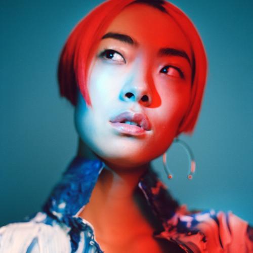 모델 겸 가수 리나 사와야마는 1990년대 틴 팝을 본인 스타일로 소화해낸다.