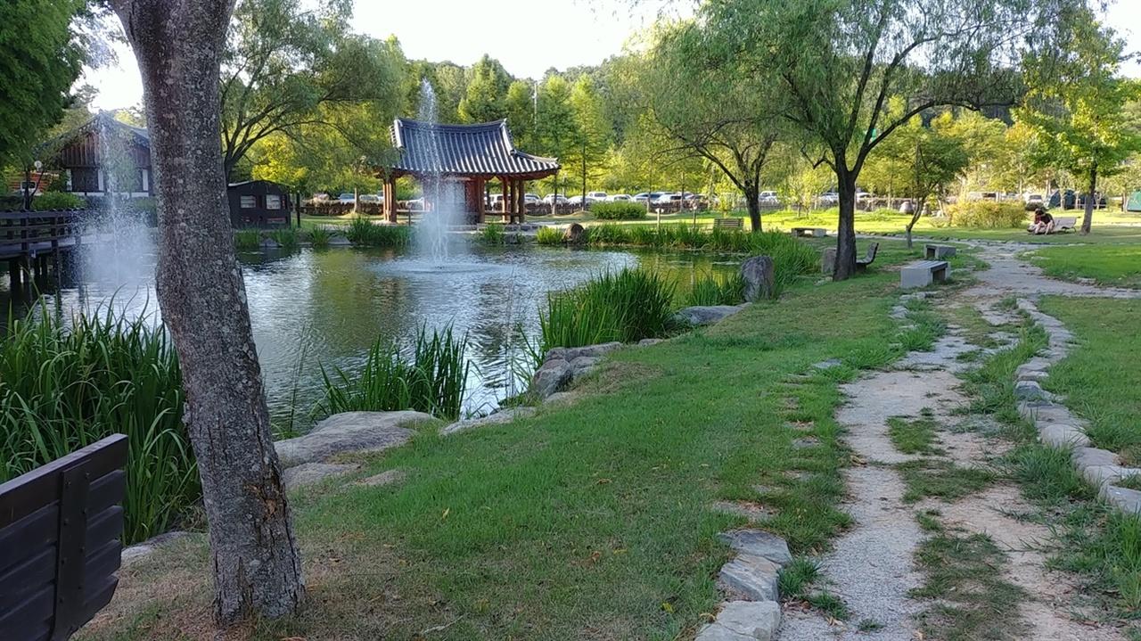 죽녹원 산책길에서 만난 호수가 있는 풍경이다.