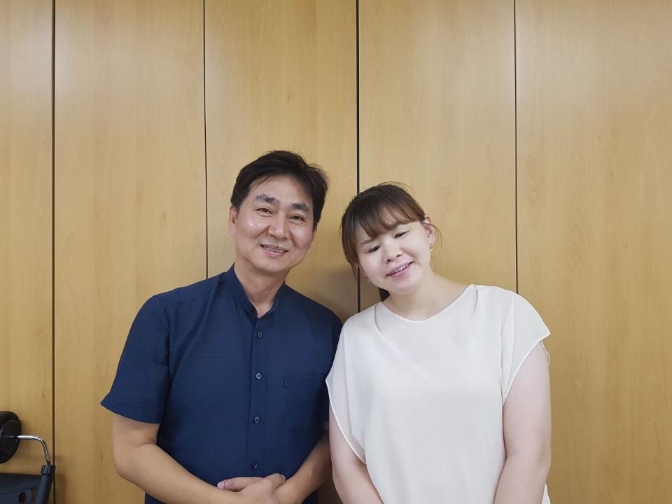 당진시수화통역센터의 임상빈, 박유미 수화통역사 두 수화통역사는 4일 간의 시정질문 동안 농아인을 위한 수화통역방송에 참여했다.