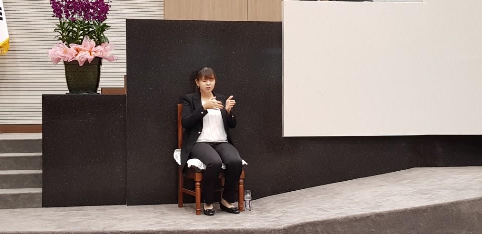 박유미 수화통역사의 수화통역 모습 당진시의회에서 시정질문 동안 두 수화통역사는 30분 간격을 기준으로 교대로 수화통역을 진행했다.