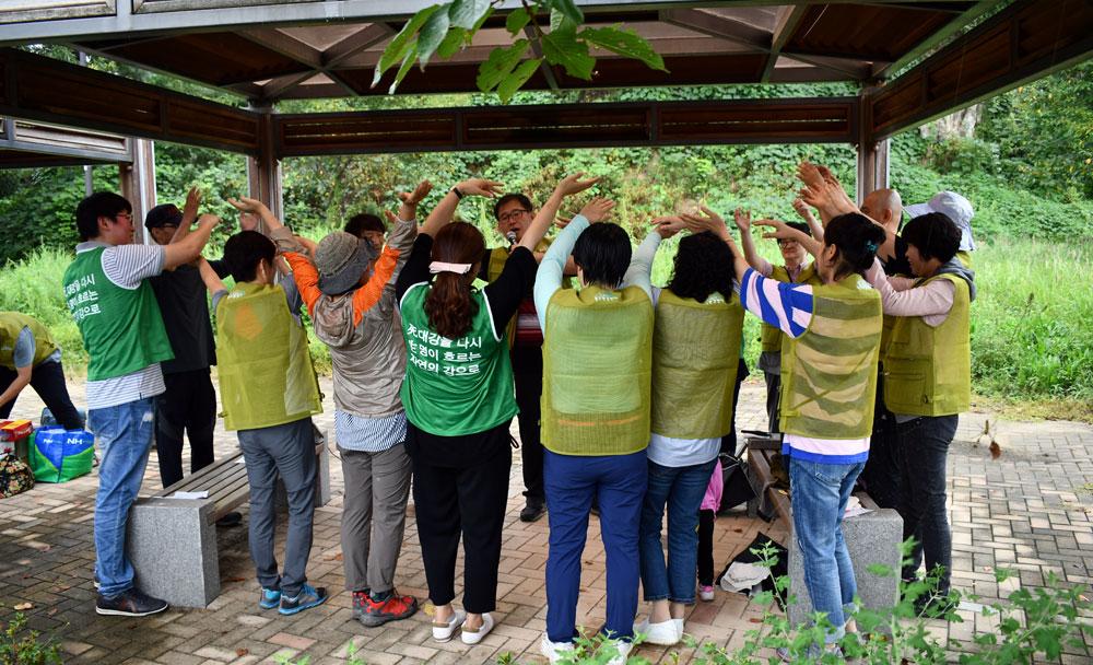참가자들이 우정길 운영위원장을 따라 느릅나무 춤을 추고 있다.