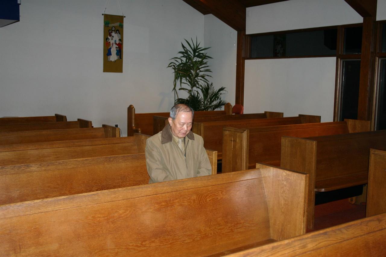 저자가 작품의 주인공인 장지수가 생전에 다녔던 미국 뉴저지의 한 한인교회에 찾아가서 그가 평소 앉았던 단골 자리에서 그의 명복을 빌다.