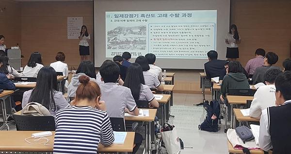 15일 열린 '제8회 전남청소년역사탐구대회'에서 <고래가 기억하는 흑산도>를 발표하고 있는 흑산중 역사동아리 학생들.