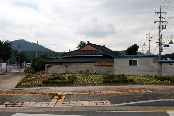 경주시 선도동 광명삼거리에 화단을 조성한 모습