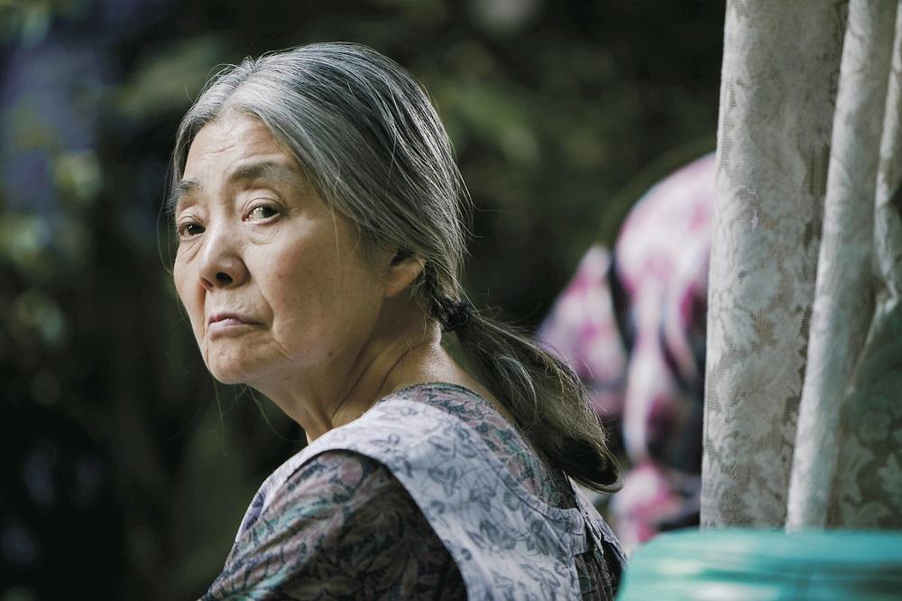 <어느 가족>의 할머니역을 맡았던 키키 키린 배우. 15일 향년 75세로 별세했다.