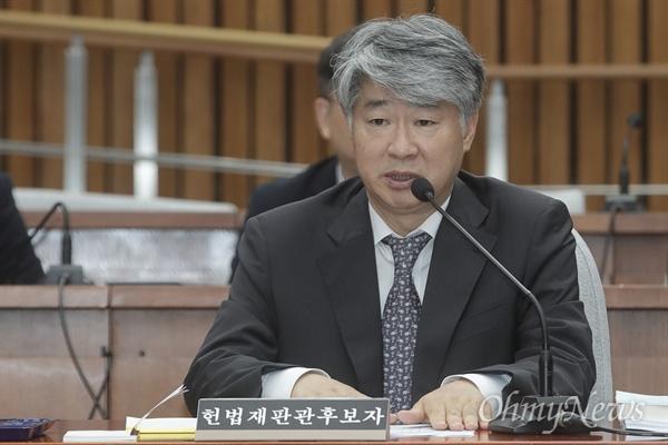의원들의 질의에 답변하는 이종석 이종석 헌법재판소장 후보자가 17일 오전 서울 여의도 국회에서 열린 인사청문회에 참석해 의원들의 질문에 답하고 있다.