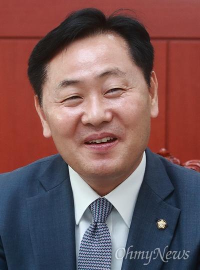 """김관영 바른미래당 원내대표가 13일 오후 서울 여의도 국회 원내대표실에서 <오마이뉴스>와 만나 """"일하는 국회를 만들어서 바른미래당의 존재감을 보여주는 것이다""""라며 """"민생법안 처리에 앞장서서 민주당도, 한국당도 못 해내는 일을 해내겠다""""고 포부를 밝혔다."""
