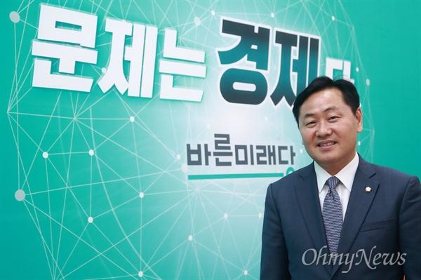 김관영 바른미래당 원내대표가 13일 오후 서울 여의도 국회 원내대표실에서 <오마이뉴스>와 만나 경제문제를 해결하는 '경제 우선 정당'을 만들겠다고 말했다.