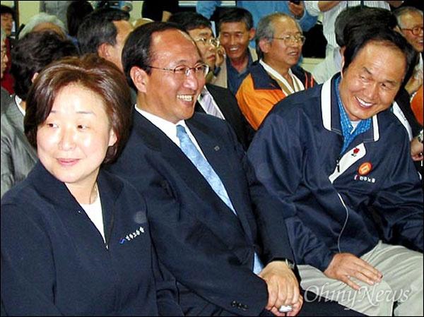 2004년 4.15 총선 방송사 출구조사 결과 발표 당시 모습. 민주노동당의 원내 제3당이 유력해지자 노회찬 선대본부장(가운데) 등 지도부들이 기뻐하고 있다.
