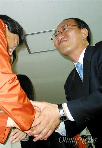 2004년 4월 15일 오후 6시 노회찬 민주노동당 선대본부장이 출구조사 발표 이후 당직자들과 인사하고 있는 모습.