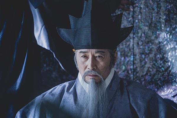 영화 속 장동 김씨(안동 김씨)를 대표하는 김좌근(백윤식 분).