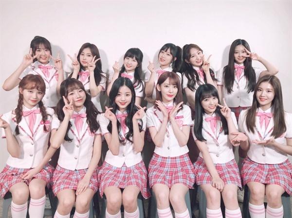 10월 정식 데뷔를 앞둔 < 프로듀스 48 > 한일 프로젝트 걸그룹 아이즈원.  아키모토 야스시가 일본 측 공동제작자로 참여하고 있어서 향후 논란의 소지를 안고 있다. (아이즈원 공식 트위터)