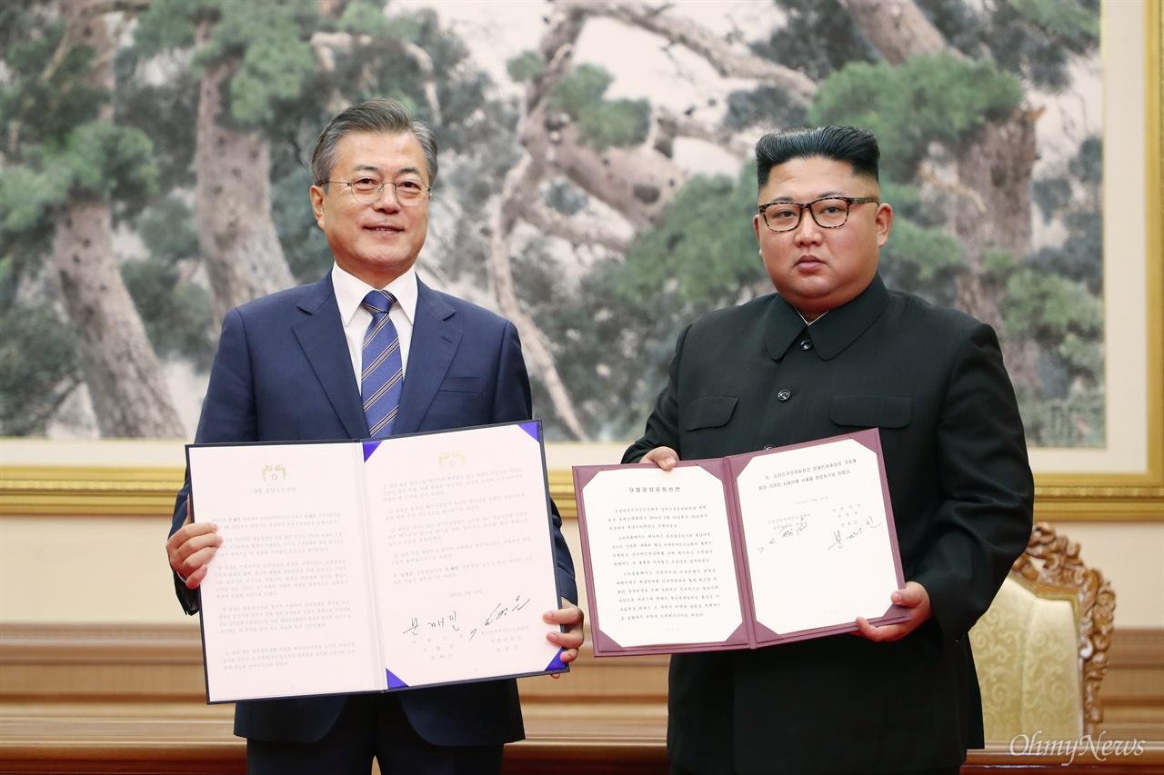'9월 평양 공동선언' 합의 문재인 대통령과 김정은 국무위원장이 19일 오전 평양 백화원영빈관에서 '9월 평양공동선언'에 서명한 뒤 펼쳐 보이고 있다.