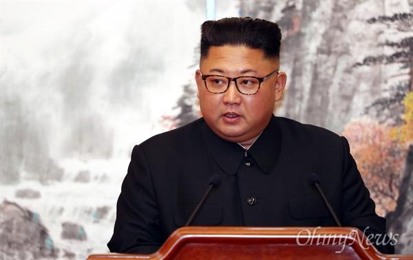 '9월 평양공동선언' 발표하는 김정은 국무위원장 김정은 국무위원장이 19일 오전 평양 백화원 영빈관에서 문재인 대통령과 함께 '9월 평양공동선언' 합의서에 서명한 후 발표하고 있다.