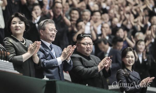 15만 평양주민에게 인사하는 남-북 정상 문재인 대통령과 김정은 국무위원장이 19일 오후 평양 5.1경기장에서 열린 남북정상회담 경축 대집단체조와 예술공연 '빛나는 조국'에서 15만명 평양주민들을 향해 인사하고 있다.