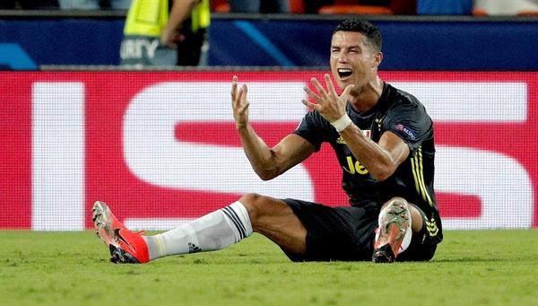 크리스티아누 호날두가 20일(한국시간) 스페인 발렌시아의 에스타디우 데 메스타야에서 열린 발렌시아(스페인)와 2018-2019 UEFA 챔피언스리그 조별리그 H조 1차전에서 전반 29분 퇴장을 당한 뒤 억울해하고 있다.
