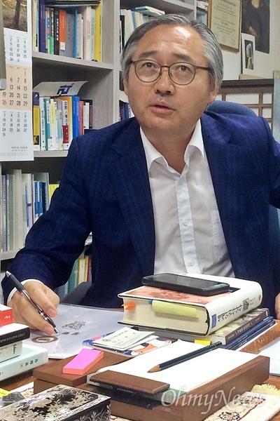 '양승태 대법원'의 사법농단을 비판하는 전국 법학교수들의 성명을 주도한 박찬운 한양대 법학전문대학원 교수가 19일 오후 자신의 사무실에서 <오마이뉴스>와 인터뷰를 하고 있다.