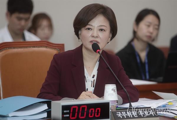 의원들의 질의에 답변하는 진선미 후보자 진선미 여성가족부장관 후보자가 20일 오전 서울 여의도 국회에서 열린 인사청문회에 참석해 의원들의 질의에 답변하고 있다.