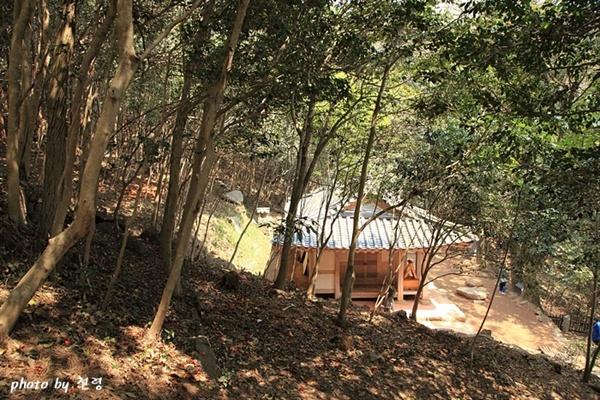'정석' 각자 바위에서 본 다산초당 다산은 산수 탐방과 유람으로 40여 년간 각지를 누비면서 높은 안목과 다양한 경험을 쌓았다.