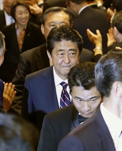일본 자민당 총재 선출 투개표장에 도착한 아베 총리 아베 신조(安倍晋三) 일본 총리가 20일 도쿄 자민당 본부에 마련된 차기 총재 선출을 위한 투개표장에 도착했다.