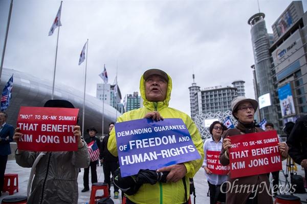 20일 오후 서울 동대문구 DDP 2018남북정상회담평양 프레스센터 앞에서 보수단체 회원들이 정상회담 반대 집회를 열고 있다.