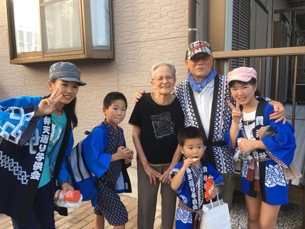 9월 16일 동네 축제 '미코시 마츠리'에 참가한 미우, 준, 시온, 유나(왼쪽부터)가 이웃이었던 오오이시 할머니(가운데), 동네 자치회 실무간사 가츠타(오른쪽에서 두 번째)씨와 찍은 사진.