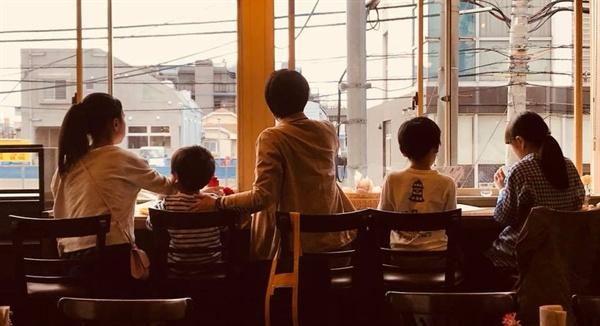 박철현씨의 아내 미와코와 네 아이들.