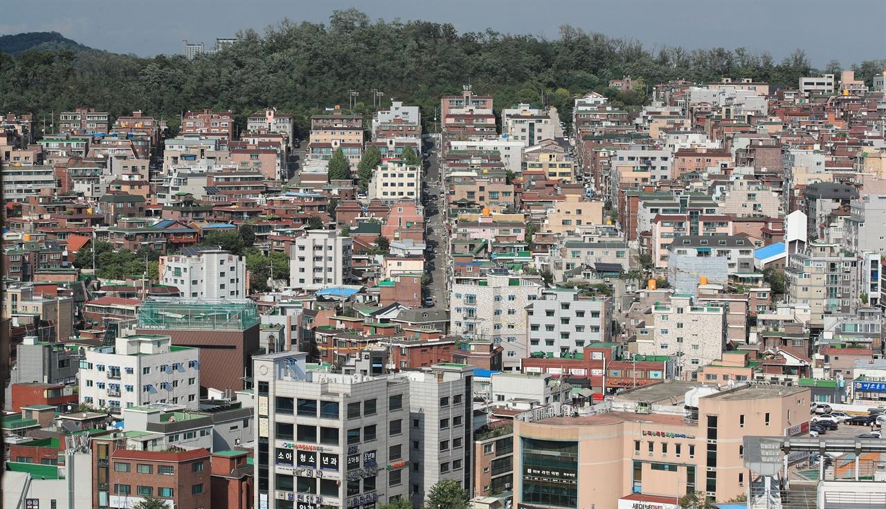 서울시가 2018년도 서울형 도시재생지역 9곳을 21일 확정 발표했다. 사진은 정부의 '도시재생 뉴딜' 주거지지원형 사업지로 선정된 서울 금천구 난곡동 일대의 모습.