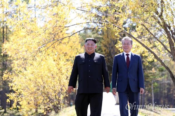 삼지연 산책 문재인 대통령이 20일 삼지연초대소를 방문해 김정은 국무위원장과 산책을 하며 대화하고 있다.