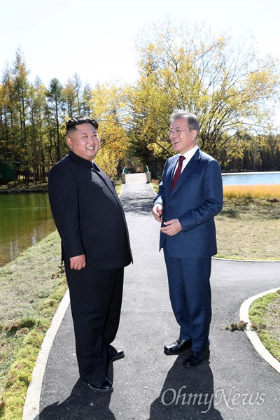 삼지연 산책 문재인 대통령과 김정은 국무위원장이 남북정상회담 마지막날인 20일 백두산 부근 삼지연초대소에서 산책하며 대화하고 있다.