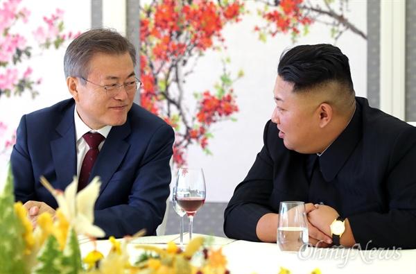 다정한 눈빛 교환 문재인 대통령과 김정은 국무위원장이 남북정상회담 마지막날인 20일 백두산 부근 삼지연초대소에서 오찬을 하며 이야기를 나누고 있다.