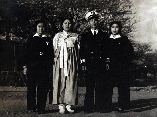 곽영선 부부 곽영선 지사 부부(중2였던 동생 장연실, 곽영선지사, 해군 군의관 아버지, 고3의 장금실 여사, 왼쪽부터, 60년전 모습)