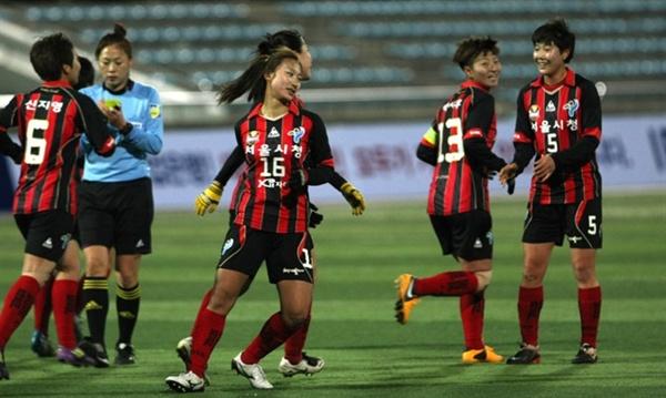 FC서울과 서울시청 엠블럼이 함께 새겨진 유니폼을 착용한 서울시청 여자축구단 선수들