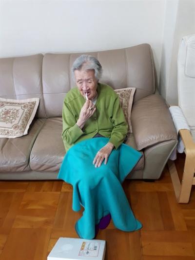 김지성 할머니 21일 김지성 할머니가 북한 김 위원장이 받은 송이버섯을 입에 넣었다.