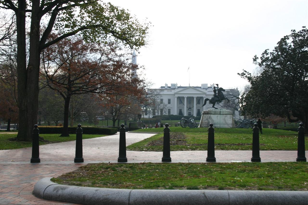 이 작품 배경으로 나오는 미국 워싱턴 D.C. 백악관.