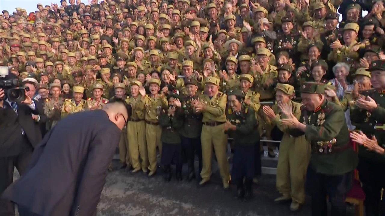 북한 조선중앙TV가 지난 7월 27일 방영한 영상. 김정은 국무위원장이 제5차 전국노병대회 참가자들에게 고개 숙여 인사하는 모습.