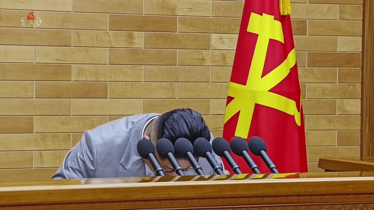 2018년 1월 1일 북한 조선중앙TV가 방영한 김정은 북한 노동당 위원장의 육성 신년사 영상. 김 위원장이 인사말을 한 뒤 고개 숙여 인사하는 모습이다.