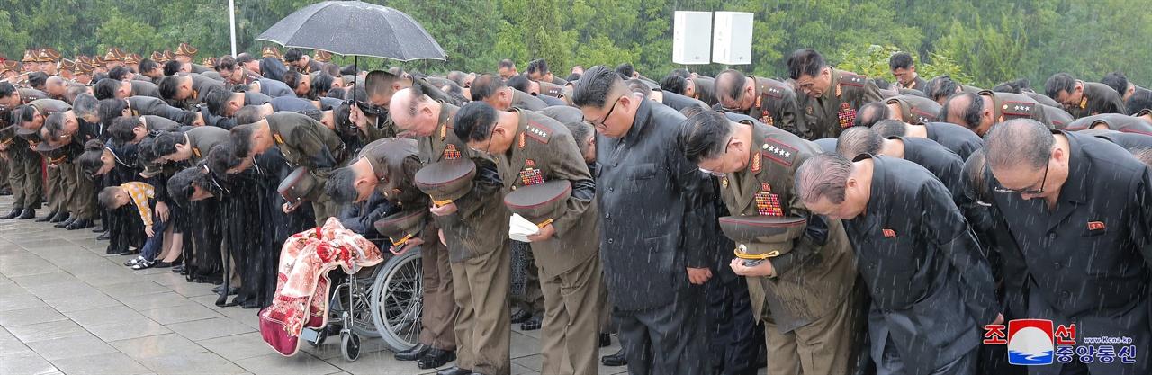 김정은 북한 국무위원장이 지난 8월 20일 평양 신미리애국열사능에서 진행된 김영춘 전 인민무력부장의 영결식에 참석했다고 조선중앙통신이 21일 보도했다.