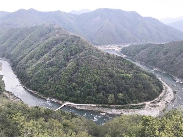 경북 봉화군 명호면의 범바위전망대에서 바라본 낙동강 협곡의 아름다운 모습. 영풍제련소 하류 20킬로미터 지점의 낙동강의 모습. 이 일대 낙동강은 이런 협곡의 형태를 그대로 띠고 있다.