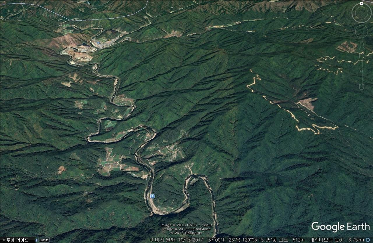 영풍제련소가 위치한 곳의 낙동강 상류는 지도에서 보이는 것처럼 완벽한 협곡의 형태를 띄고 있다. 협곡의 상류에 누렇게 변해보런 곳이 영풍제련소가 들어선 곳이다.