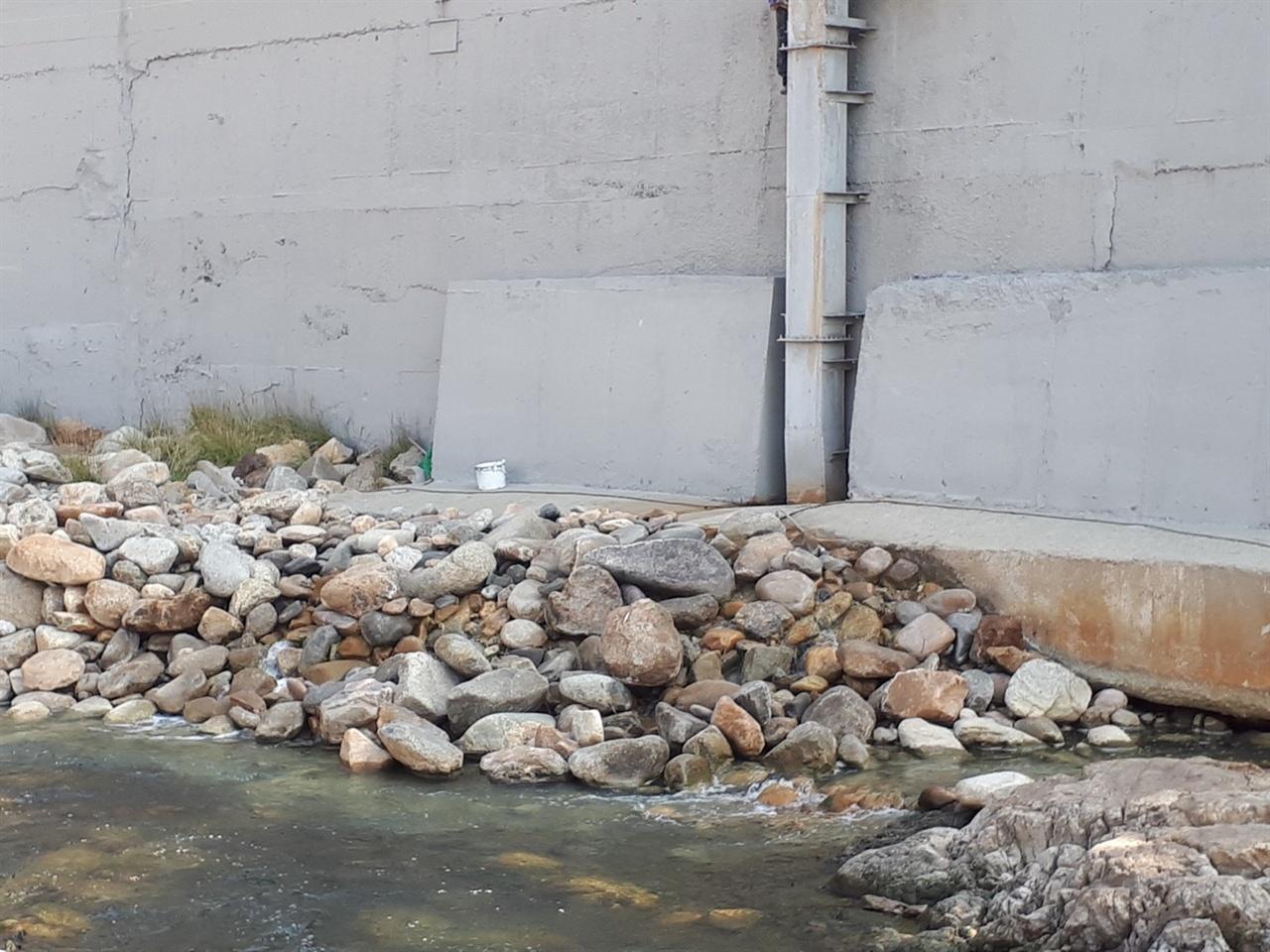 영풍제련소 폐수처리장 최종 처리수 방류구를 사석으로 완전 가려놓았다.