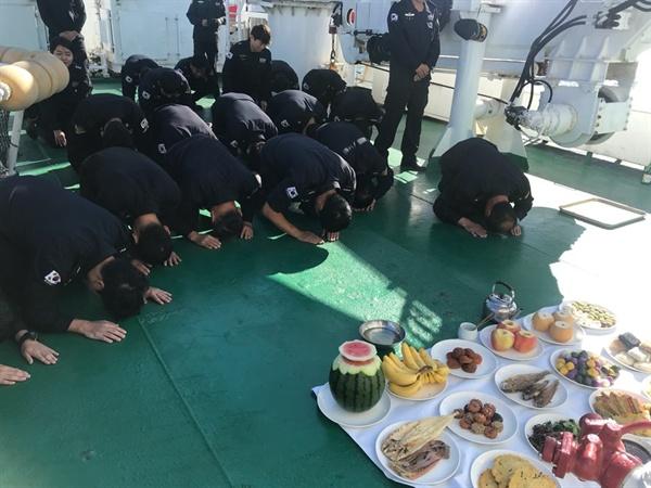 중부지방해양경찰청 서해5도특별경비단 대원들이 추석인 24일 3008함에서 합동차례를 지내고 있다. (중부지방해양경찰청 제공)