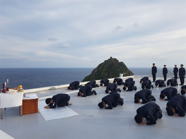 추석인 24일 대한민국 동쪽 끝 독도에서 경북지방경찰청 독도경비대원들이 합동으로 차례를 지내고 있다. (독도경비대 제공)