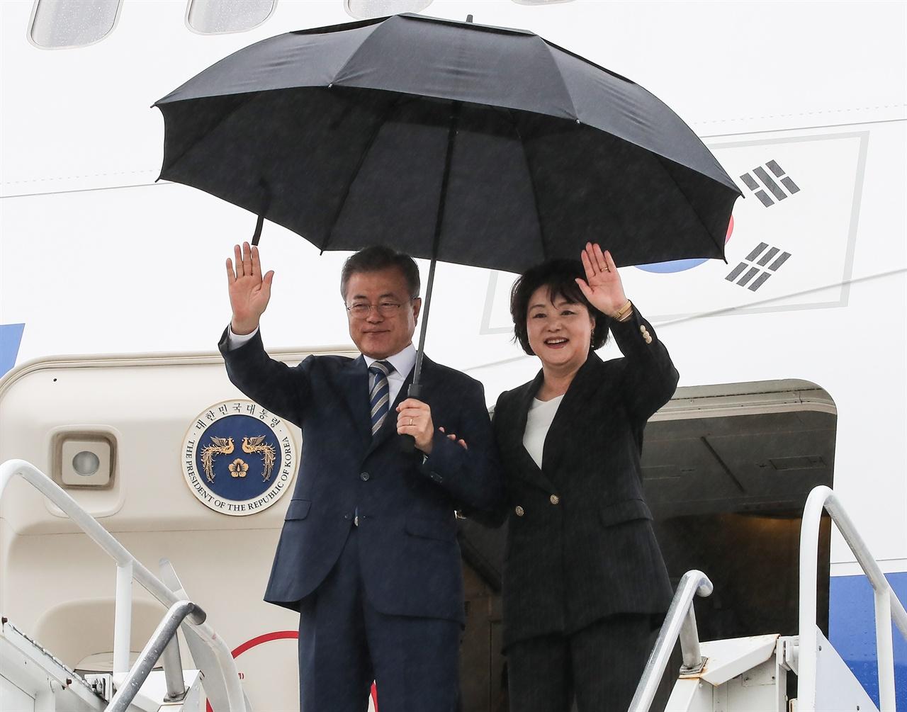 문재인 대통령과 부인 김정숙 여사가 23일 오후(현지시간) 유엔 총회가 열리는 미국 뉴욕 JFK 국제공항에 도착해 손을 들어 인사하고 있다.