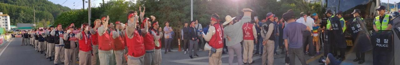 """영풍석포제련소 노동자들이 낙동강시민조사단의 차량을 막아세우고 """"환경단체 물러가라""""라고 외치고 있다."""