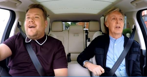 미국의 유명 토크쇼 중 하나인 <더 레이트 레이트 쇼 위드 제임스 코든>에 출연한 폴 매카트니의 모습.