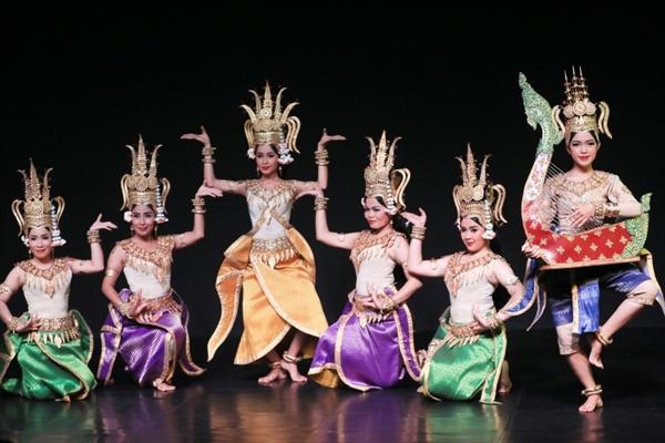 우아한  자태로 카보디아전통춤인 압사라춤을 추는 여성댄서의 모습