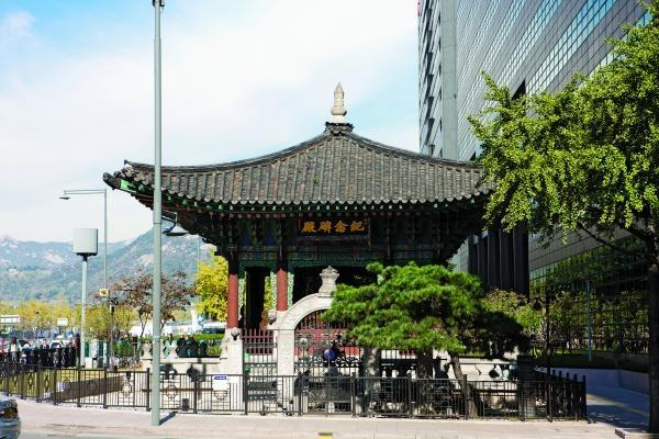 광화문네거리의 '기념비전' 뜰 안에 1914년 만들어진 '도로원표'가 위치해 있다.