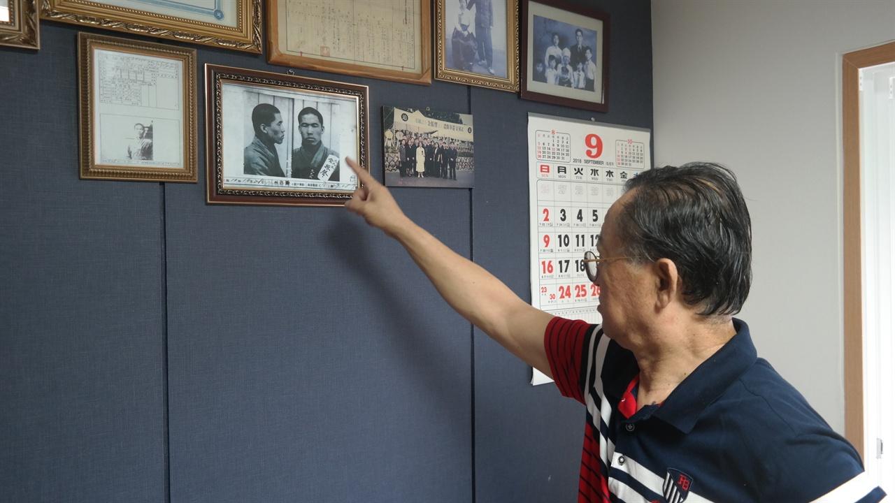부친 김진성 선생의 서대문형무소 수감 당시 사진을 가리키는 김세걸씨